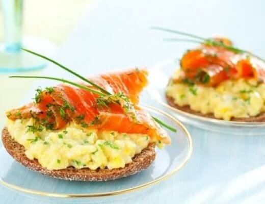 Tostas de huevo y salmón